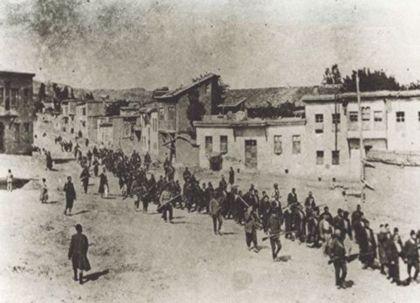 Près de Kharpout, des notables arméniens sont conduits en prison. En juin 1915 ils seront tués dans les montagnes