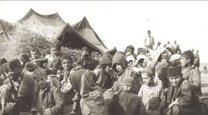 Ces       enfants ont été photographiés au camp de Ras ul-Aïn       par Armin Wegner, un officier de la Croix-Rouge allemande qui rapporta des  témoignages visuels. épargnés par le gouverneur en place, ils ont tous été mis à mort par son remplaçant nommé en mars 1916 par Talaat